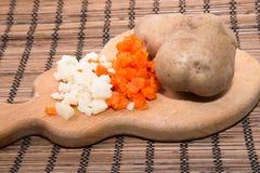 Carote bollite piccolo taglio, patata bollita in una buccia e taglio, sulla a Fotografie Stock