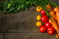 Carote delle verdure, pomodori gialli, pomodori rossi Immagini Stock