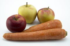 Carote e mele isolate su fondo bianco fotografie stock