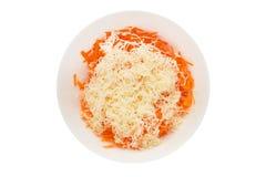 Carote grattate con formaggio in una ciotola Immagini Stock