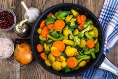 Carote rosse e gialle, broccoli, fagioli in padella Fotografie Stock Libere da Diritti
