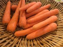 Carots orange färg i korg Royaltyfri Foto