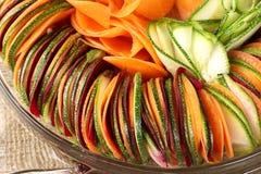 Carotte de betteraves de concombre de salade coupée en tranches Photo libre de droits
