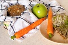 Carotte, pomme et pain complet avec la graine photographie stock