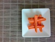 Carottes épluchées sur une table dans un plat photo libre de droits