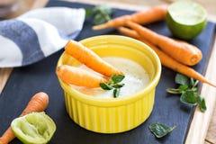 Carottes de bébé avec l'immersion grecque de yaourt Photo stock