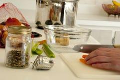 Carottes de coupe pour la soupe avec les épices et le pot Images libres de droits