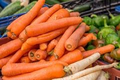 Carottes et d'autres légumes au marché en plein air Photos libres de droits
