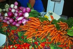 Carottes et oignons frais au marché Photographie stock