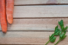 carottes et persil frais sur un fond en bois Photos stock