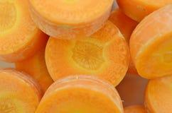 Carottes mûres savoureuses de coupe profondément, détail image stock