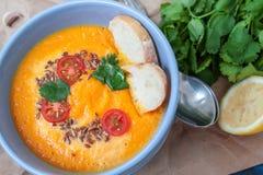 Carottes oranges de potage aux légumes de Vegan, patates douces, potiron Photographie stock libre de droits