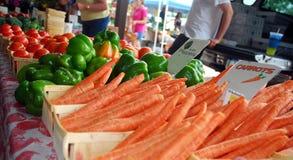 Carottes, poivrons, Tomoatoes frais au marché de ferme Image stock