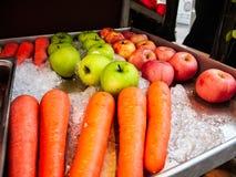 Carottes, pommes, pommes vertes sur la glace de fruit photographie stock libre de droits