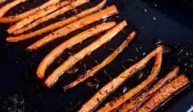 Carottes rôties avec la fin de nourriture de cumin  images stock
