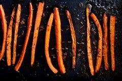 Carottes rôties avec la fin de nourriture de cumin  photographie stock libre de droits