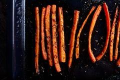 Carottes rôties avec la fin de nourriture de cumin  photo libre de droits