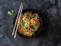 Carottes rapidement marinées de légumes, daikon, concombres, oignons, salade de cilantro sur un fond foncé, vue supérieure Végéta photo stock