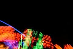 Carousel światła, kolory i ruchy przy Grantham W połowie Pożyczającym jarmarkiem 2019, UK Długa ujawnienie fotografia zdjęcie stock