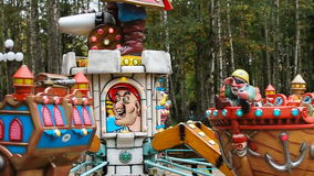 Carousel в парке атракционов сток-видео