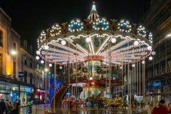 Carousel на рождестве в Кардиффе Уэльс 15-ого декабря 2018 Неопознанные люди стоковые фотографии rf
