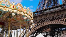 Carousel Эйфелевой башни и года сбора винограда в пасмурном, голубом небе видеоматериал
