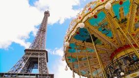 Carousel Эйфелевой башни и года сбора винограда в пасмурном, голубом небе сток-видео