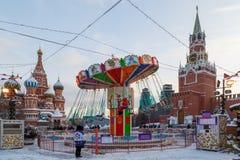 Carousel na placu czerwonym przy ścianami Moskwa Kremlin podczas nowy rok wakacji Obrazy Stock