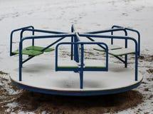 Carousel w śnieżnym parku zdjęcie royalty free