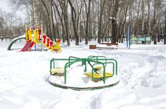 Carousel w śnieżystym, jawnym dziecka ` s parku rozrywki, 40 stopni więcej oszronieją Rosji okropne Siberia niż Fotografia Royalty Free