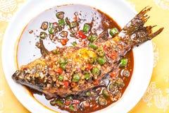 Carpa brasata con il peperoncino rosso e l'aglio Fotografia Stock