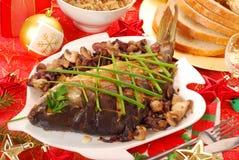 Carpa cocida al horno con las setas y la cebolla para la Navidad Imagen de archivo