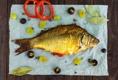 Carpa cocida de los pescados, paprikas rellenos y uvas Fotos de archivo