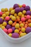 Carpa colorida que pesca cebos de la bola con caña de Boilies en una tina Fotografía de archivo libre de regalías