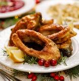 Carpa do Natal, fatias de peixes fritadas em uma placa branca, fim da carpa acima imagens de stock royalty free