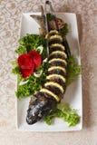 Carpa enchida deliciosa com limão Peixes de Gefilte com folhas da alface fotografia de stock royalty free