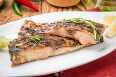 Carpa fritada dos peixes na grade fotografia de stock royalty free