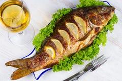 Carpa grelhada todo dos peixes fotos de stock royalty free