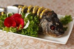 Carpa rellena deliciosa con el limón Pescados de Gefilte con las hojas de la lechuga foto de archivo libre de regalías