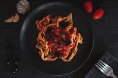 carpaccio烹调非常好的食物意大利生活方式豪华 与橄榄油、大蒜、蓬蒿和蕃茄的面团 意粉用蕃茄 库存图片