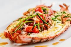 carpaccio烹调非常好的食物意大利生活方式豪华 在一半烘烤和切的整个龙虾服务用蕃茄沙拉和调味汁在白色板材 库存照片