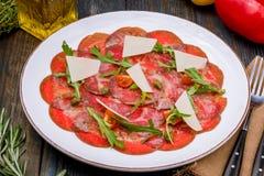 Carpaccio βόειου κρέατος με την παρμεζάνα και το arugula Στοκ εικόνες με δικαίωμα ελεύθερης χρήσης