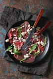Carpaccio βόειου κρέατος με το arugula και τη σάλτσα Στοκ Εικόνα