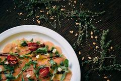 Carpaccio σολομών σε ένα άσπρο πιάτο στοκ φωτογραφίες με δικαίωμα ελεύθερης χρήσης