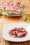 Carpaccio του βόειου κρέατος με τη σάλτσα Στοκ Φωτογραφία