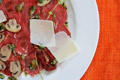 Carpaccio του κρέατος και των μανιταριών Στοκ Φωτογραφίες