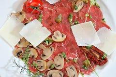 Carpaccio του κρέατος και των μανιταριών Στοκ φωτογραφία με δικαίωμα ελεύθερης χρήσης
