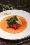 Carpaccio του σολομού με την ντομάτα και το τυρί arugula Στοκ Εικόνες