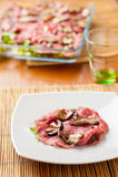 Carpaccio говядины с соусом стоковая фотография