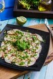 Carpaccio av en bläckfisk på en fyrkantig svart platta lyx för livsstil för utmärkt mat för carpacciokokkonst italiensk arkivfoto